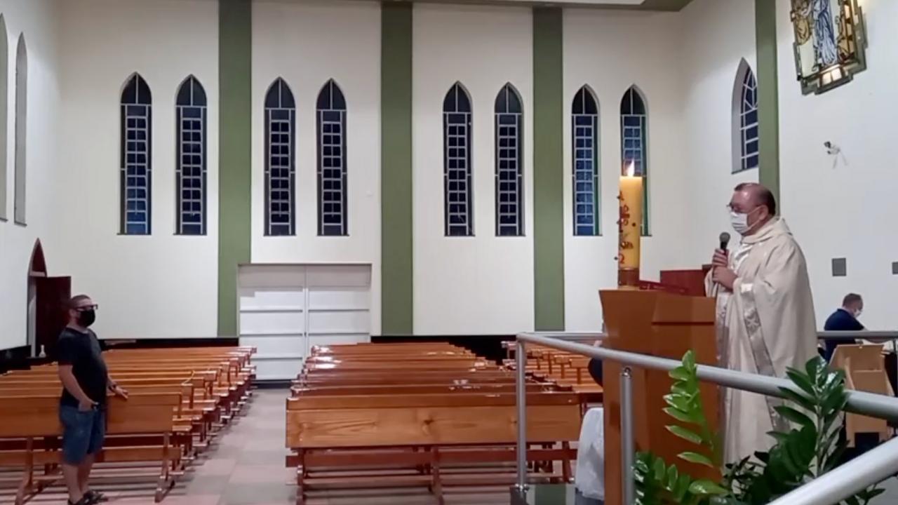 Desrespeitando decisão do STF, fiscais da prefeitura de Duartina proíbem live e encerram missa da Vigília Pascal